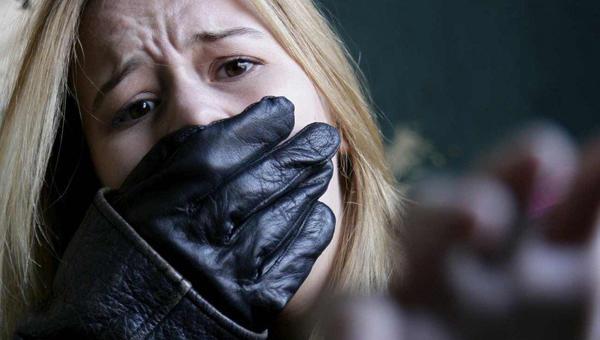 17-летнюю девушку изнасиловали в лесу ее знакомые