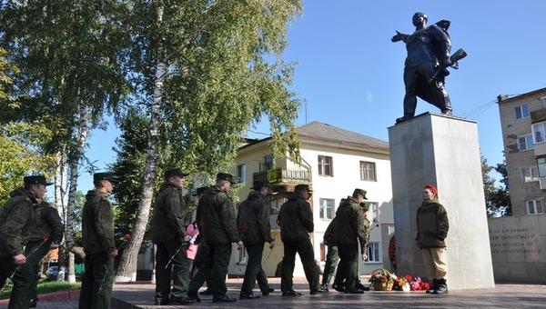 Вокруг памятника защитникам Отечества порядка стало больше