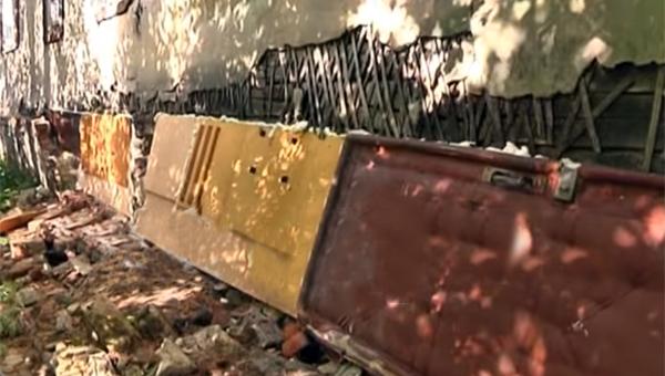 В Приокском районе жилой дом починили свалочными материалами