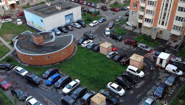 В Подмосковной Балашихе жители жилого дома вынуждены платить за въезд в свой двор