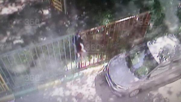 В Москве полиция обнаружила труп человека, висящего на заборе