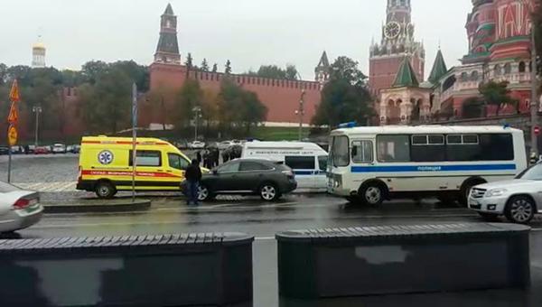 На Красной площади мужчина грозит взорвать себя вместе с автомобилем