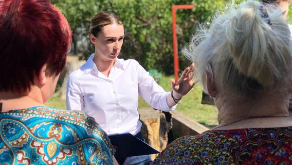 Старейшая жительница Дашковки подарила Юлии Шестун белый стих