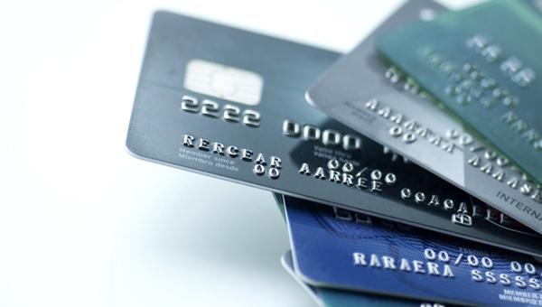 Банки бьются за карты, на которых деньги лежат