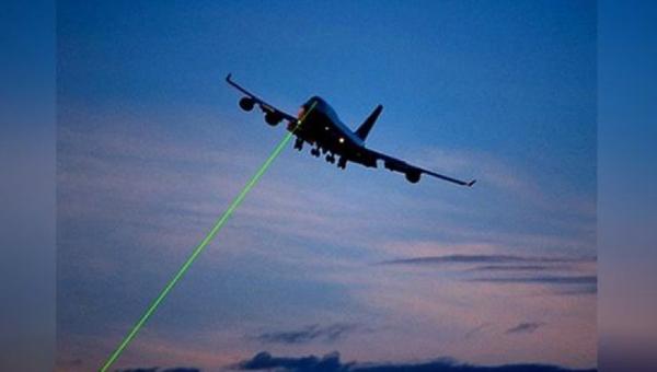 В Подмосковье хулиганы ослепили лазером пилотов самолета, заходившего на посадку