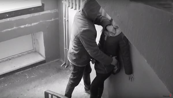 В Подольске молодую девушку избили и ограбили в подъезде