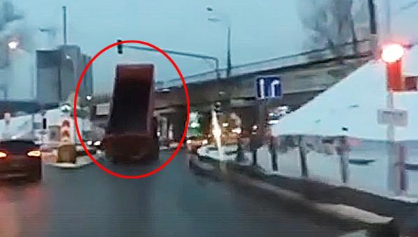 Водители ждали, пока грузовик с поднятым кузовом врежется в мост в Подмосковье