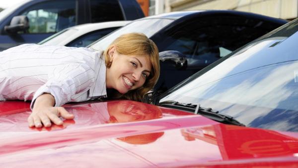 Чиновника федерального ведомства уволили из-за шикарного автопарка жены