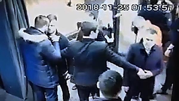 ФСБшники толпой избили молодого человека в ресторане