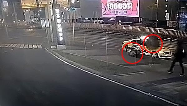На пешеходной зоне молодую женщину убило колесом, отлетевшим от машины