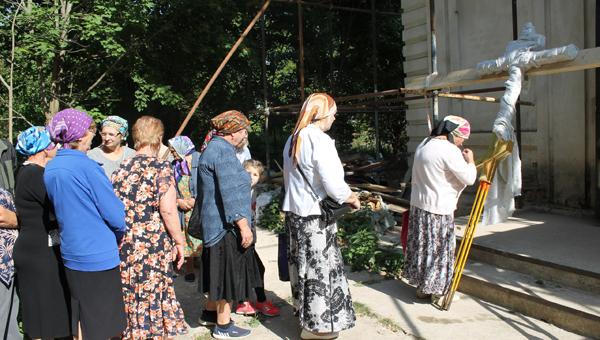Над Васильевским вознесся крест