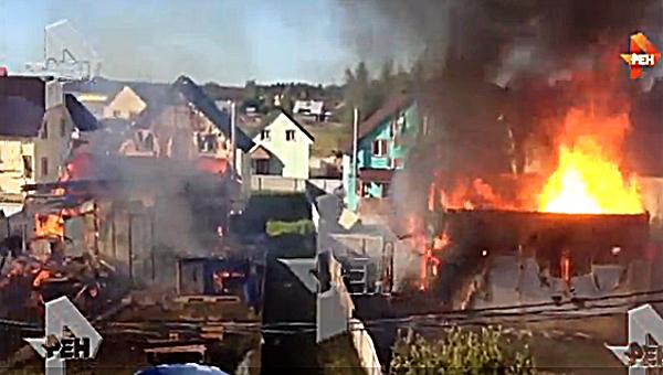 Полдеревни дотла. огонь оцепил около десятка деревянных домов вПодмосковье