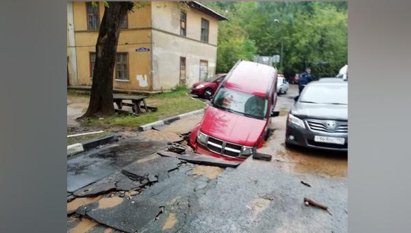 Машины в Балашихе начали проваливаться в «преисподнюю»