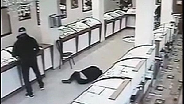 Дерзкое ограбление ювелирного ломбарда в Подмосковье попало на видео