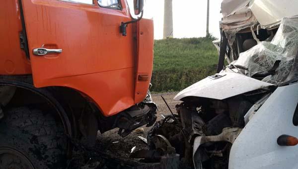 В Подмосковье в лобовом столкновении с КамАЗом погиб водитель фургона