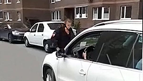 В Подмосковье женщина несколько раз пыталась сбить полицейского