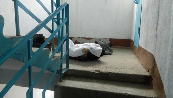 В Серпухове на лестничной клетке жилого дома обнаружен труп женщины