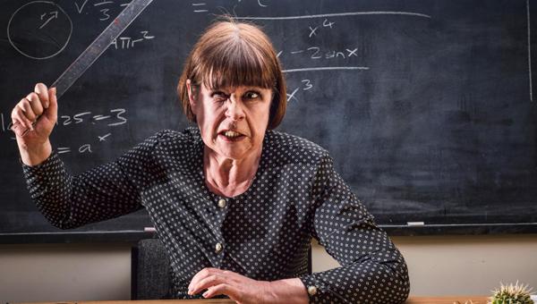 Учительница обматерила на уроке ученика и ударила его указкой