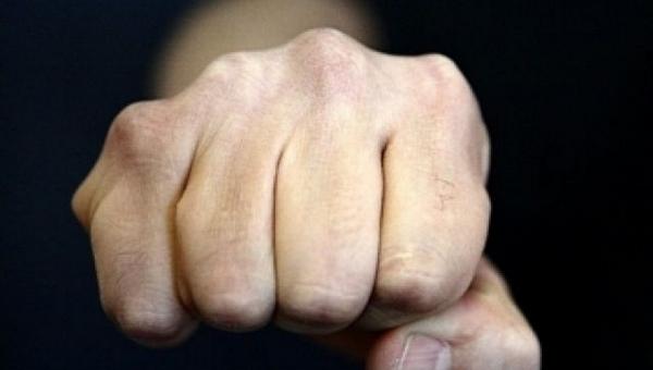 Девятиклассник накинулся с кулаками на депутата от «Единой России»