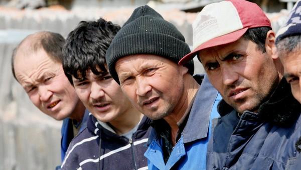 Россияне стали просить меньшие зарплаты, чем мигранты