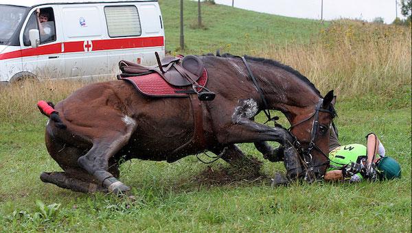 Мужчина погиб, упав с лошади
