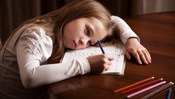 Мать сильно избила 7-летнюю дочь из-за домашнего задания