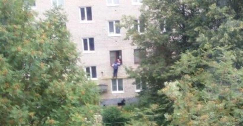 Мальчишки забрались в квартиру по трубе, чтобы спасти малыша