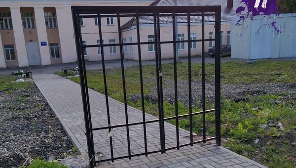 Российскую поликлинику «оградили» воротами без забора
