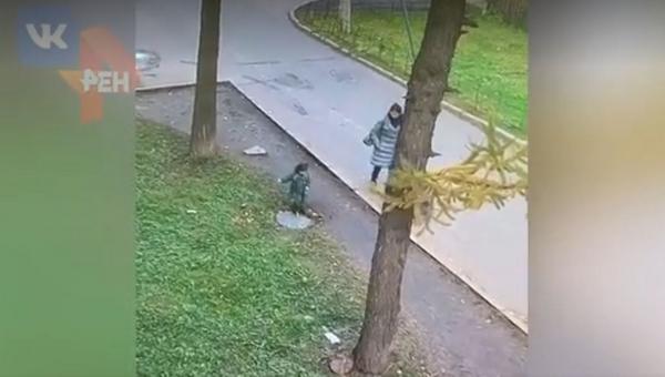 Ребенок провалился в люк на прогулке в парке