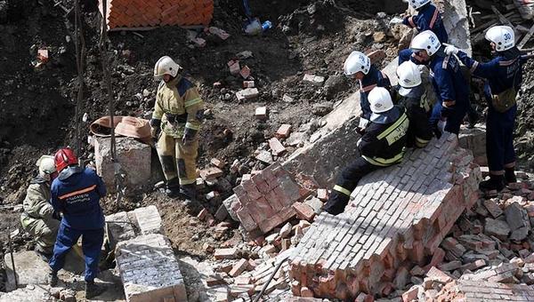 Трое человек все еще находятся под завалами обрушившегося дома в Подмосковье