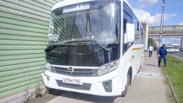 В Подмосковье рейсовый автобус сбил насмерть двоих людей на остановке