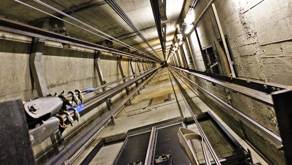 Рабочий упал в шахту лифта с 20 этажа
