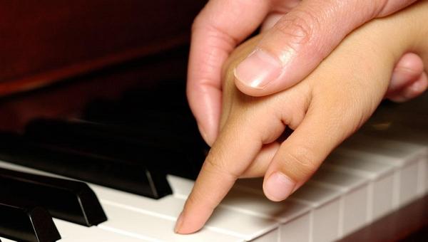 Учитель музыки развращал 10-летнюю ученицу