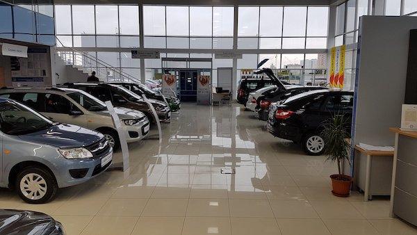 Машины в России стали покупать все реже