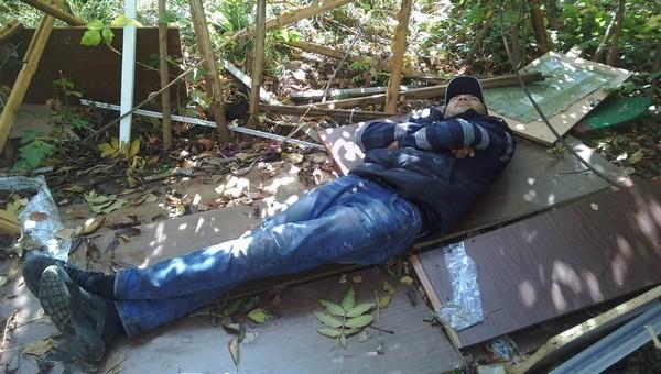 Возле серпуховской школы несколько месяцев живет бездомный мужчина