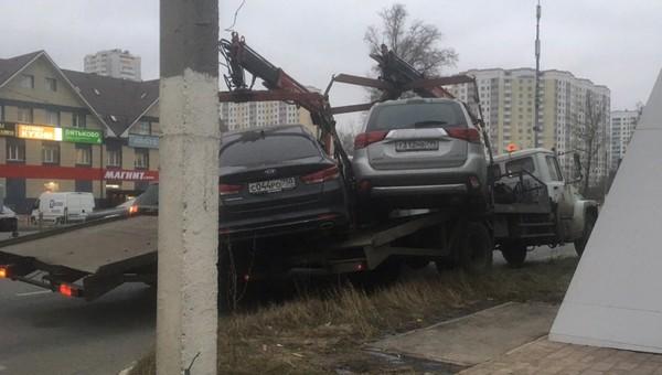 В Подмосковье два эвакуатора чуть не обменялись машинами на ходу