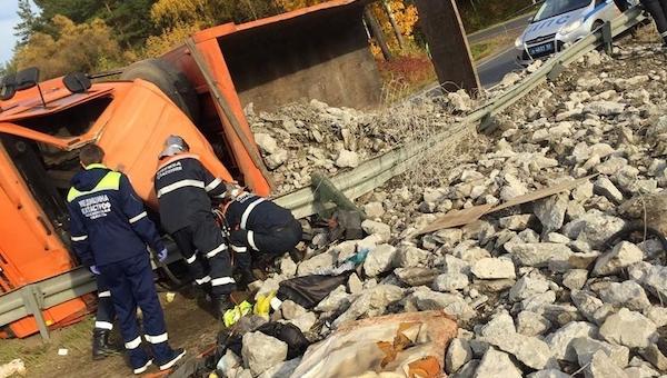 В ДТП под Серпуховом водителя грузовика чуть не размазало об отбойник