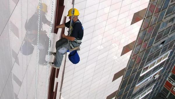 Упавший с 20-этажки мужчина чудом выжил