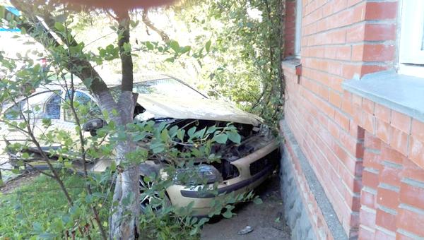В Серпухове иномарка снесла забор палисадника и врезалась в угол частного дома