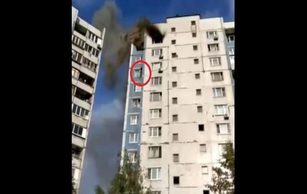 Женщина сорвалась с 14-го этажа на глазах пожарных и зевак