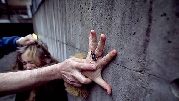 В Москве маньяк попытался изнасиловать девушку, угрожая ей шариковой ручкой