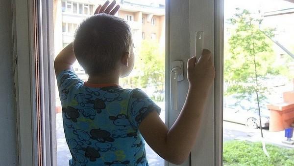 Мальчик школьного возраста выпал из окна и разбился насмерть