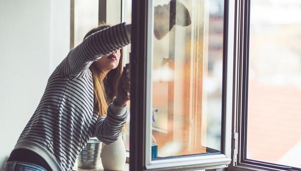 Женщину сдуло с подоконника во время мытья окон