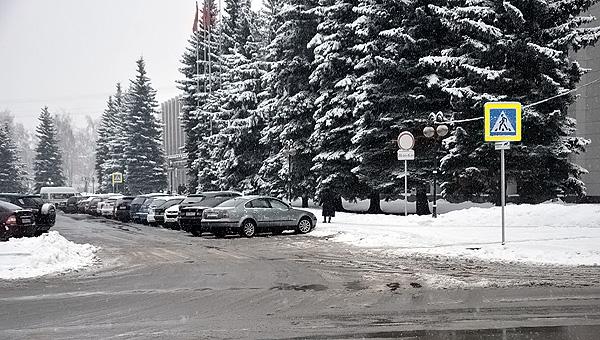 Весь город – в снегу, кроме обиталища чиновников