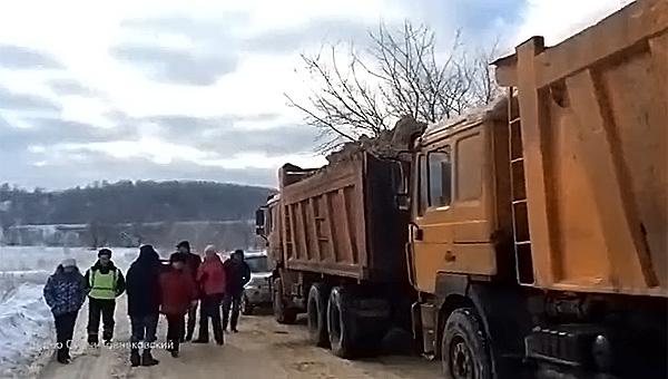 Мусоровозы со «сменными» номерами, сопровождаемые ГИБДД, везут из Подмосковья отходы на закрытый полигон в Товарково