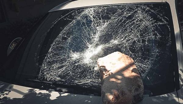 В Серпухове женщина раскурочила камнем Audi Q3