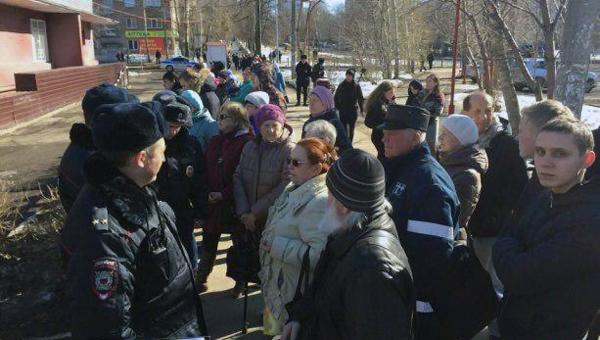 Пациентов выгнали из поликлиники на время визита Медведева. А в туалетах вдруг появилась туалетная бумага