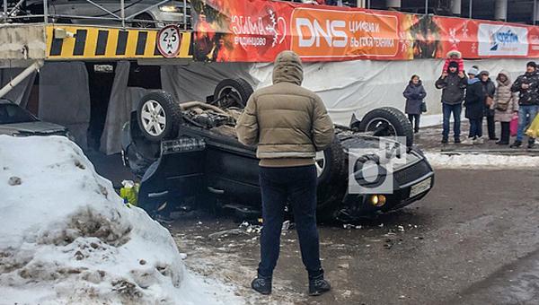 В Подмосковье внедорожник упал с третьего этажа парковки