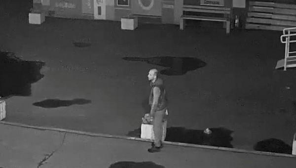 Мужчина совершил странный акт прямо у стен библиотеки