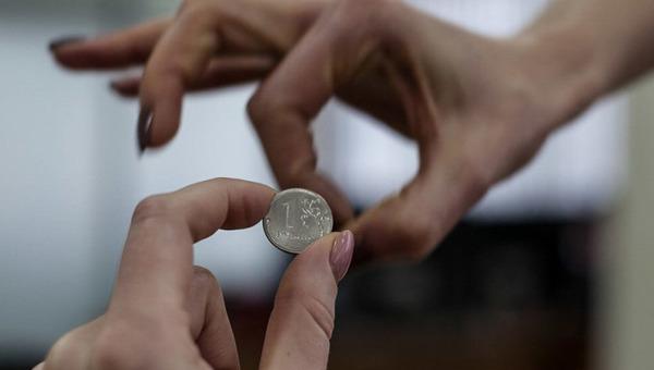 Простимулировали: премией в один рубль наградили педагога